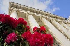Theatergebäude mit Spalten und Blumen Stockfotografie