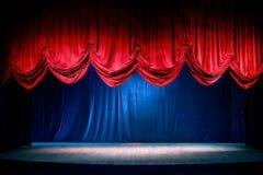 Theatergordijn met dramatische verlichting stock fotografie