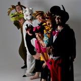 Theatergruppe in den Tierkostümen Stockfotos