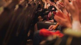 Theaterhalle - Zuschauer applaudiert den Bühnenauftritt lizenzfreies stockbild