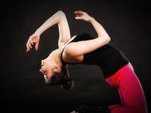 Theaterkunst Mädchenschauspielerin, die verantwortliche Übung tut Stockbilder