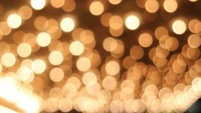 Theaterplafond met Retro Opvlammende Markttentlichten in 1080p Van de binnenstad stock video