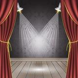 Theaterstadium met rood gordijn, houten vloer, schijnwerpers en naadloos behang Stock Fotografie