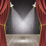 Theaterstadium mit rotem Vorhang, Bretterboden, Scheinwerfern und nahtloser Tapete Stockfotografie