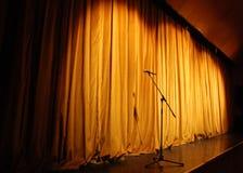 Theaterstufe mit Mikrofon Stockbilder