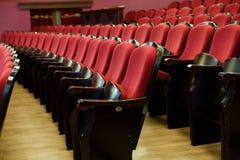 Theaterzaal voor bezoekers met mooie stoelen van Bourgondië-Rode fluweelstoelen vóór de show royalty-vrije stock foto
