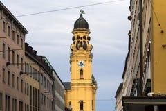 theatinerkirche theatinerchurch Feldherrnhalle和塔在odeon的在慕尼黑市巴伐利亚德国摆正odeonplatz 免版税库存照片