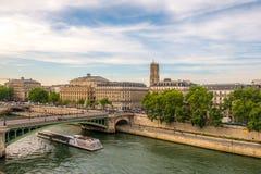 Theatre du Chatelet à Paris avec une vue sur St Jacques de visite Photo stock
