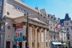 Theatre Królewski Haymarket i stara architektura w Londyn, Anglia na słonecznym dniu zdjęcia stock