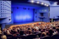 Theatre scena niebieska zasłona Defocused wizerunek, bokeh skutek Ludzie w audytorium filharmonia lub teatr obrazy royalty free