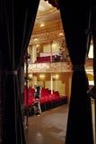 Theatre widok Przez sceny zasłony zdjęcie stock