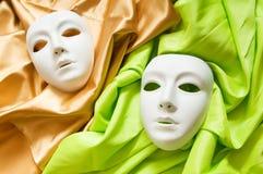 Theatrebegrepp - vita maskeringar Arkivfoto