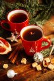 Thee, de koekjes en het licht van de Kerstmis de hete Amerikaanse veenbes bokeh, close-up Stock Afbeelding