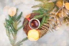 Thee in een rode cirkel in de Nieuwjaar` s Vooravond Nieuwjaar` s motieven Royalty-vrije Stock Foto's