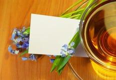 Thee en boeket van bloemen Stock Afbeeldingen