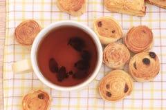 Thee en broodjes op houten lijst Stock Afbeeldingen