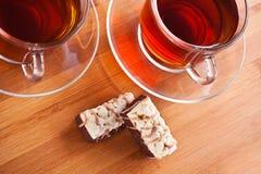 Thee en cakes op keukenlijst Stock Foto