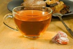 thee en koekjes op lijstclose-up Stock Fotografie
