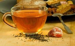 thee en koekjes op lijstclose-up Royalty-vrije Stock Fotografie