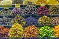 Thee en Kruiden in een Grote Bazzar in Istanboel, Turkije Stock Foto's
