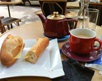 Thee en sandwich in de koffie van Parijs Royalty-vrije Stock Foto's
