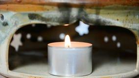 Thee het lichte branden in een theepotverwarmingstoestel stock videobeelden