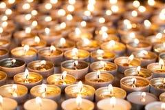 Thee het lichte kaarsen helder branden Selectieve nadrukkerstmis en royalty-vrije stock foto's