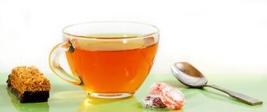 thee, koekjes en suikergoed op lijstclose-up Stock Afbeelding