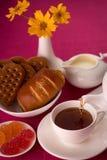 Thee, koekjes, marmelade, jam, snoepjes Stock Afbeelding