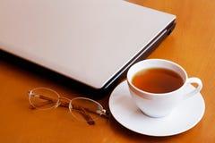 Thee, laptop en glazen Royalty-vrije Stock Afbeelding