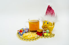 Thee met citroen en citroen in een Kerstmishoed op witte achtergrond Royalty-vrije Stock Fotografie