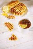 Thee met citroen en wafeltje stock afbeeldingen
