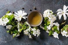 Thee met de lentebloemen Stock Afbeelding