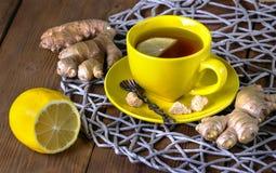 Thee met een citroen en een gember Stock Foto's