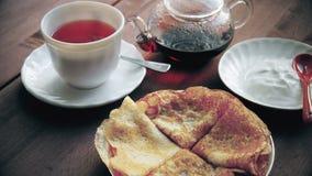 Thee met eigengemaakte pannekoeken en zure room stock videobeelden