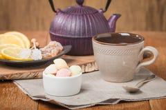 Thee met marmelade, chrystal suiker en citroen royalty-vrije stock fotografie