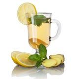 Thee met munt en citroen en gember stock afbeelding