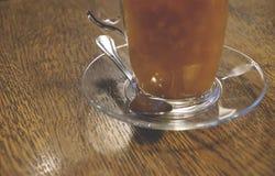 Thee met overzees-wegedoorn in een glaskop op een houten achtergrond CLO stock afbeeldingen