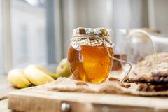 Thee, noten, honing, in een kruik en een banaan op een houten lijst dichtbij het oog Gezonde ontbijt Uitstekende foto stock foto
