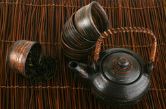 Thee-reeks met groene thee op een bruine achtergrond Stock Afbeeldingen