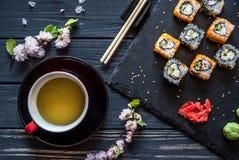 Thee, sakura en sushi stock afbeelding