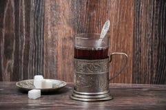 Thee in uitstekend glas met glas-houder Royalty-vrije Stock Foto's