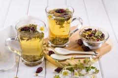 Thee van nuttige kruiden en bloemen Twee glaskoppen Stock Afbeelding