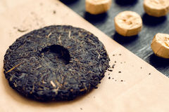 Theecake van traditionele Chinese puerdrank in verschillende vormen en soorten Populaire anti-oxyderende thee van China stock afbeeldingen