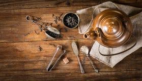 Theeconcept (droge thee en ketel), boven mening stock afbeelding