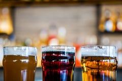Theeglazen bier in een bar stock foto's