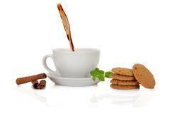 Theeinzameling: ceramische kop met koekje, kaneel en munt Stock Foto's