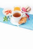 Theekop met croissant, kleurrijke Franse makarons in vaas fest Royalty-vrije Stock Foto