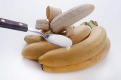 Theelepeltje van yoghurt aan de banaan Stock Foto's