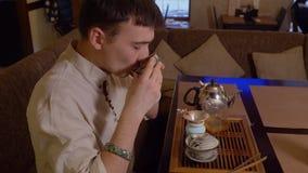 Theemeester die groene die thee proeven door Japans traditie en het snuiven aroma wordt voorbereid stock videobeelden